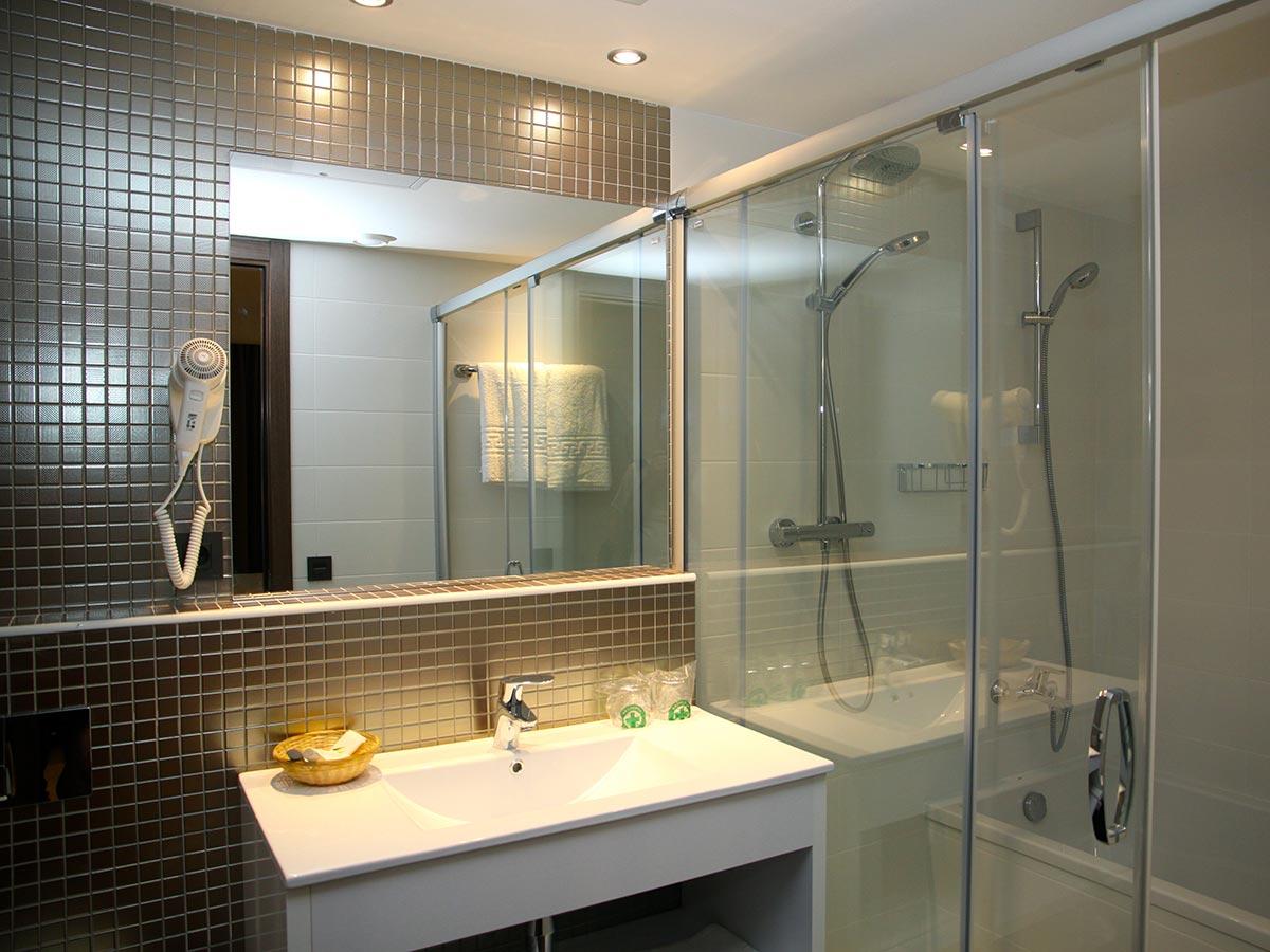 Baño de la habitación doble del Hotel Petit Palau, Hotel en Blanes (Costa Brava)