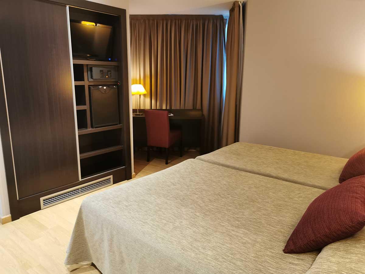 Habitación Doble Confort Plus para 2 o 3 personas con 1 cama de 200 x 135 cm + 1 cama de 200 x 105 cm