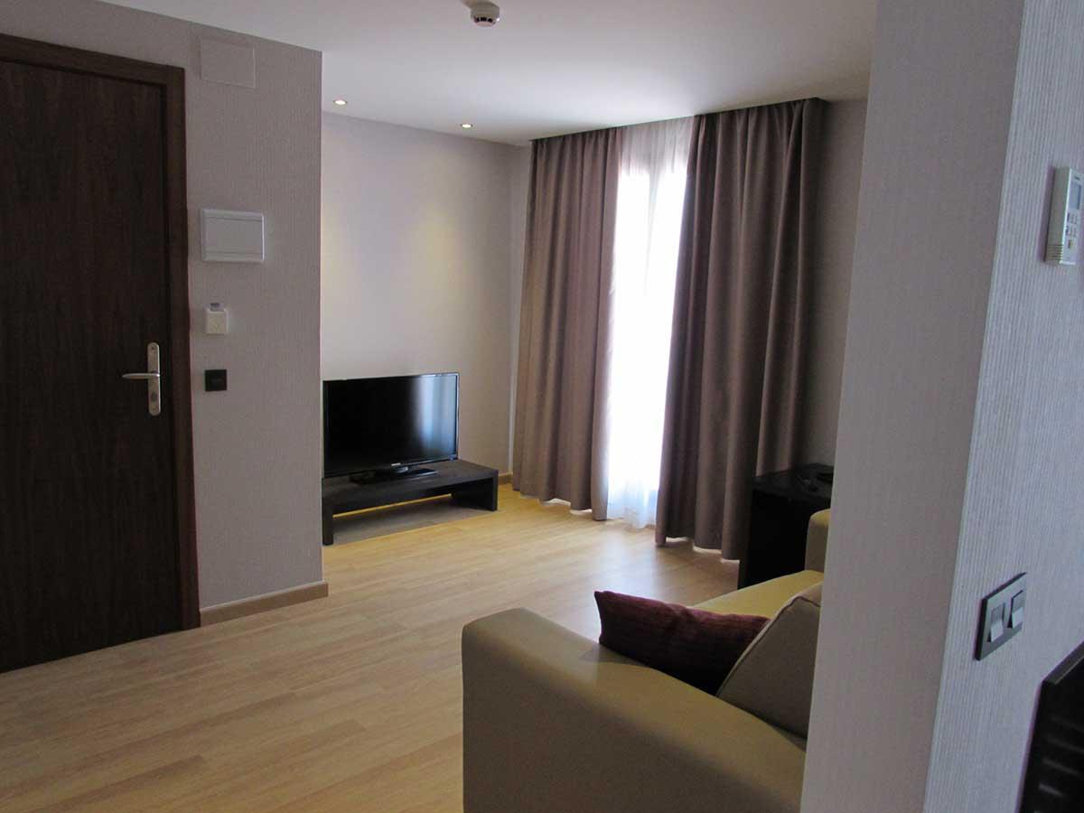 Habitación Suite  hasta 4 personas con 2 camas de 200 x 135 cm+ 1 sofá-cama