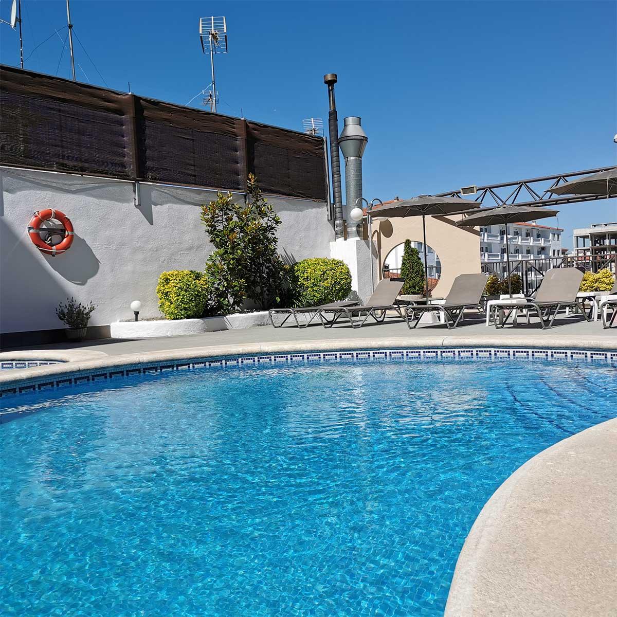 En el Hotel Petit Palau disponemos de servicio de piscina exterior y solarium